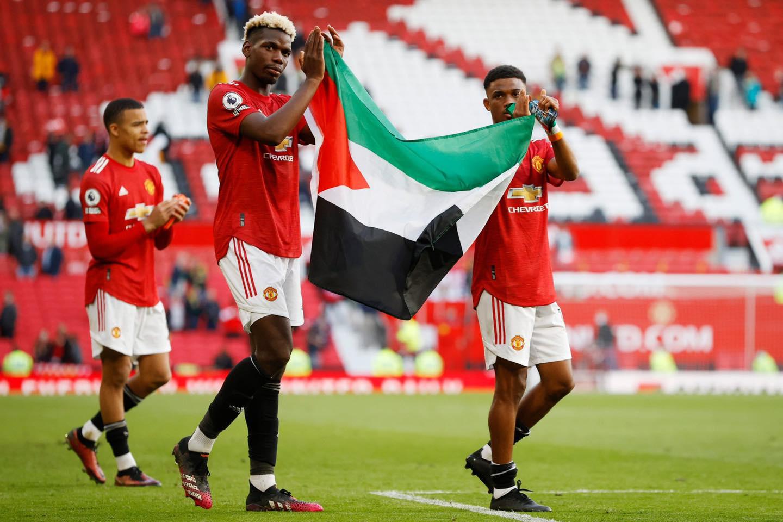 ปอล ป็อกบา และ อาหมัด ตราโอเร่ สองนักเตะชาวมุสลิม ถือธงชาติ ปาเลสไตน์ ลงมาในสนามหลังจบเกม